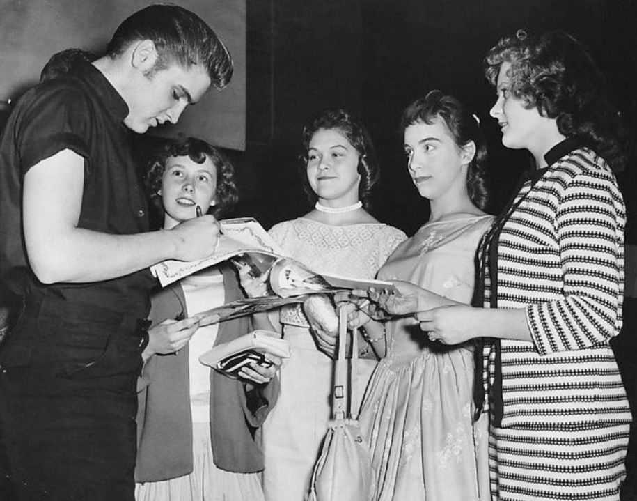 Elvis_signs_autographs_in_Minneapolis_1956.jpg?resize=1024%2C805&ssl=1